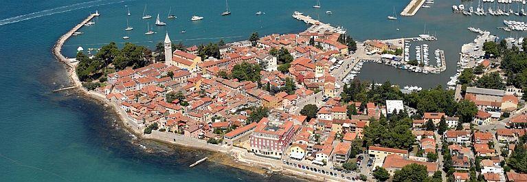 Вид на Старый город и пристань для яхт