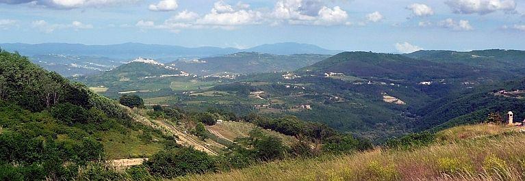 Pogled nedaleko od Motovuna gdje se vidi prekrasan krajolik u središnjoj Istri